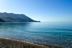 härlig havssikt Bergen stiger ned in i havet Vatten för blå himmel och turkos adriatic hav Montenegro Royaltyfria Foton