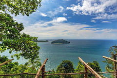 Härlig havssikt från över, ö och träd Arkivfoton