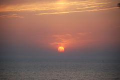 härlig havssolnedgång Royaltyfria Foton