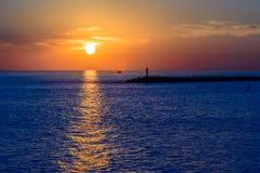 härlig havssolnedgång Arkivbild