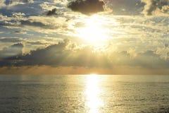 härlig havssolnedgång Arkivfoton
