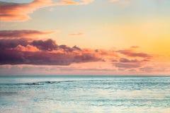 Härlig havssolnedgång med färgrika moln royaltyfria foton