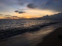Härlig havssolnedgång på den pattaya stranden Arkivbild