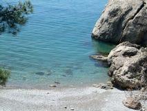 Härlig havsstrand som förbiser det blåa vattnet och de stora stenarna Black Sea crimea royaltyfria foton