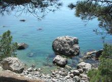 Härlig havsstrand som förbiser det blåa vattnet och de stora stenarna Black Sea crimea arkivfoto