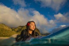 Härlig hawaiansk flicka på surboard Royaltyfria Foton