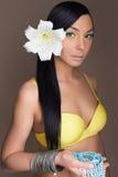 Härlig hawaiansk kvinna med blomman Fotografering för Bildbyråer