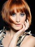 härlig heaired röd kvinna för mode frisyr arkivbild