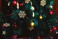 Härlig hem- dekor med julgranen fotografering för bildbyråer