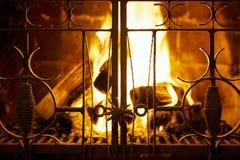 Härlig hem- spis med monteringar och brännande vedträ royaltyfri foto