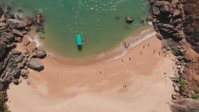 H?rlig hemlig strandfj?ril i Goa, Indien Flyg- sikt av den ursprungliga stranden med stenigt krascha f?r fj?rd och f?r v?gor lager videofilmer