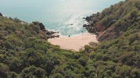 H?rlig hemlig strandfj?ril i Goa, Indien Flyg- sikt av den ursprungliga stranden med stenigt krascha f?r fj?rd och f?r v?gor arkivfilmer