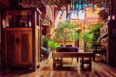 Härlig hemtrevlig borggård av trähuset för traditionell kines Royaltyfri Bild