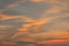 Härlig himmel, apelsin fördunklar i aftontiden Royaltyfria Bilder