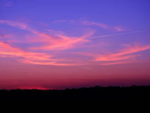 Härlig himmel efter solnedgång i förgrundsnattlandskap royaltyfri fotografi