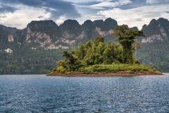 Härlig himmel för bergsjöflod och naturliga dragningar på Kh Arkivbilder