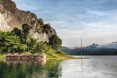 Härlig himmel för bergsjöflod och naturliga dragningar på Kh Arkivfoto