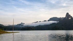 Härlig himmel för bergsjöflod och naturliga dragningar på Kh Royaltyfria Bilder