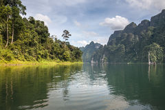 Härlig himmel för bergsjöflod och naturliga dragningar på Kh Fotografering för Bildbyråer