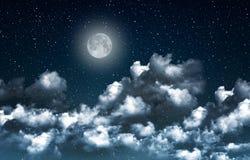 Härlig himmel för magiblåttnatt med moln och fullmoon- och stjärnacloseupr Royaltyfri Bild