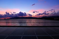 Härlig himmel för sol- PV-taksoluppgång royaltyfri foto