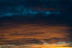 Härlig himmel med färgrika moln orange blåa oklarheter Abstrakt tapet, bakgrund Arkivfoton