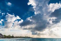 Härlig himmel med moln och sol och strand arkivfoto