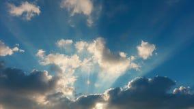Härlig himmel med solstrålar Yrkesmässig tidschackningsperiod, inga fåglar, inget fladdrande arkivfilmer