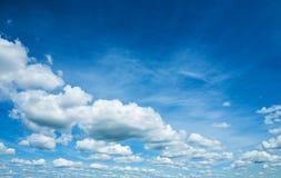 Härlig himmel med stackmolnmoln Arkivbilder