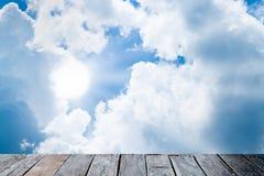Härlig himmel med trähytten Arkivbild
