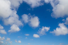 Härlig himmel med vita moln Royaltyfri Foto
