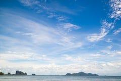 Härlig himmel och clound med havet Arkivbilder