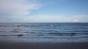 Härlig himmel och hav i den soliga dagen under sommarsemestern i Thailand Arkivbilder