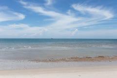 Härlig himmel och hav i den soliga dagen under sommarsemestern i Thailand Arkivfoto