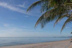 Härlig himmel och hav i den soliga dagen under sommarsemestern i Thailand Fotografering för Bildbyråer