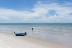 Härlig himmel och hav i den soliga dagen under sommarsemestern i Thailand Arkivbild