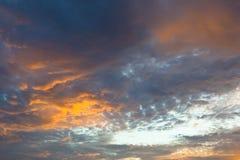 Härlig himmel och röd orange guling fördunklar med solnedgång i sommar Arkivbilder
