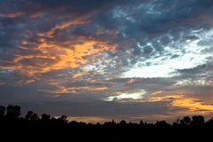 Härlig himmel och röd orange guling fördunklar med solnedgång i sommar Fotografering för Bildbyråer