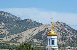 Härlig himmel ovanför berglandskap av den Krim dalen och klockstapeln av den Svyato-Pokrovsky templet Sudak crimea arkivbilder