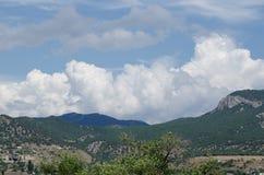 Härlig himmel ovanför berglandskap av den Krim dalen St George berg arkivfoto
