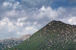 Härlig himmel ovanför berglandskap av den Krim dalen St George berg royaltyfri foto