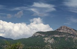 Härlig himmel ovanför berglandskap av den Krim dalen St George berg fotografering för bildbyråer