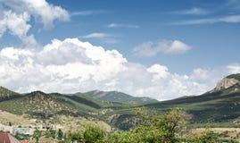 Härlig himmel ovanför berglandskap av den Krim dalen St George berg royaltyfri fotografi