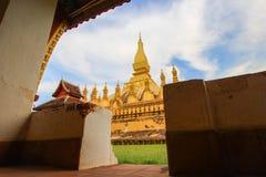 Härlig himmel på Pha den Luang (den Luang Stupa), Vientiane, Laos Royaltyfri Foto