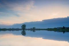 Härlig himmel reflekterad i sjön, Royaltyfri Bild