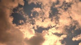 Härlig himmel, solsken som visas från molnen, bruna signaler som förbluffar utomhus- naturskytte stock video