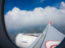 Härlig himmelsikt till och med flygplanfönstret royaltyfri fotografi