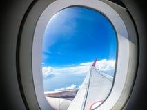 Härlig himmelsikt till och med flygplanfönstret arkivfoton