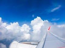 Härlig himmelsikt till och med flygplanfönstret royaltyfri foto