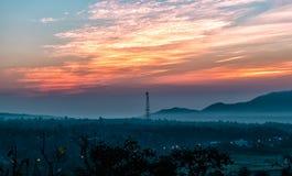 Härlig himmelsolnedgång med orange ljus över den färgrika naturen ut Royaltyfri Foto